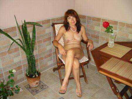 Cougar sexy qui se sent seule